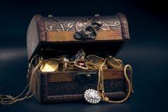Cassa di tesoro con le monete di oro Immagini Stock