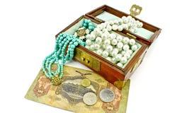 Cassa di tesoro di legno con monili e soldi fotografia stock