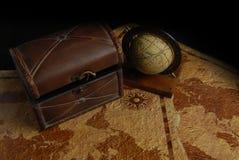 Cassa e globo di tesoro Fotografia Stock