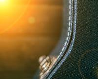 Cassa nera della chitarra con fondo di legno Copi lo spazio con l'alone della luce del sole modificato Fotografie Stock