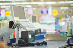 Cassa vuota con il terminale informatico in supermercato immagine stock libera da diritti