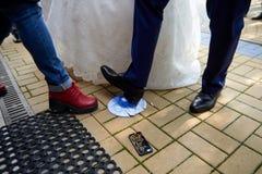 Cassant des plats sur épouser la tradition populaire de plancher en Russie images libres de droits