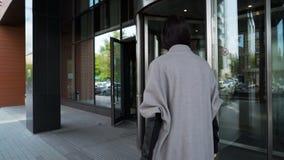 Cassapanche della donna di affari in hotel nel centro urbano video d archivio