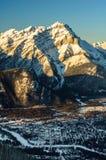 Casscade berg, Banff stadvinter Arkivbild