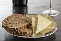 Casse-croûte avec du fromage, le pain et le vin photos libres de droits