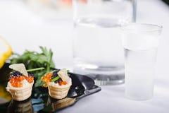 Casse-croûte avec les oeufs de poisson saumonés Photographie stock