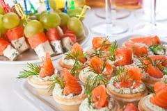 Casse-croûte avec les saumons et le fromage Images stock