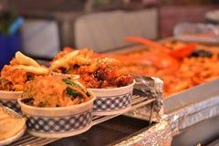 Casse-croûte chauds de style coréen dans la cuvette images stock