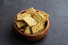 Casse-croûte cru sain de dessert Aliments diététiques de forme physique Gressins faits maison avec le lin, tournesol, graines de  photographie stock libre de droits