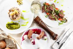 Casse-croûte délicieux sur la configuration blanche d'appartement de table Vue supérieure sur l'assortiment des repas savoureux d Image libre de droits