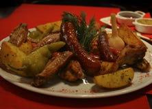 Casse-croûte de bière - ailes, saucisses, pommes de terre avec des sauces images stock