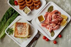 Casse-croûte de bière dans le bar ou la barre Crevette, sandwich appétissant et anneaux d'oignon d'or Photographie stock