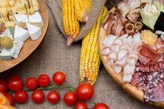 Casse-croûte de portion plat de viande et de fromage décoré image stock