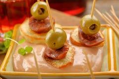 Casse-croûte de Tapas avec le chorizo de saucisse et l'olive verte Image libre de droits