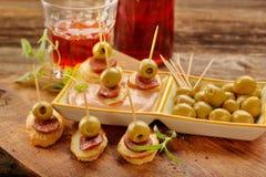 Casse-croûte de Tapas avec le chorizo de saucisse et l'olive verte Photos libres de droits