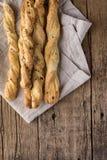 Casse-croûte des batons de pain de Grissini sur une vue supérieure Vetical de Tapas Bar Homemade Bread Sticks de fond en bois photos stock