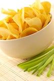 Casse-croûte des pommes chips de crépitement photos stock