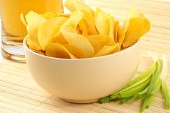 Casse-croûte des pommes chips de crépitement photos libres de droits