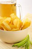 Casse-croûte des pommes chips de crépitement image stock
