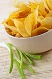 Casse-croûte des pommes chips de crépitement images stock