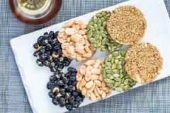 Casse-croûte doux traditionnels coréens avec des arachides, des graines de citrouille, le soja noir et le sarrasin chinois vue su Photographie stock libre de droits