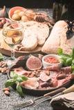 Casse-croûte italiens de vin d'antipasti réglés image stock