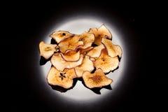 Casse-croûte lumineux, croustillant, croquant de pomme mûre et douce sur un fond noir, pour la conception culinaire photos libres de droits