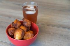 Casse-croûte nigériens de souffle et de meatpie de souffle servis avec le thé glacé photo stock