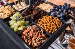 Casse-croûte pour des bière-raisins, amandes, dates photographie stock libre de droits