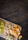 Casse-croûte pour la bière sur la table dans les pubSnacks pour la bière sur la table dans le bar Arachides, morceaux de poissons Photo stock