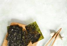 Casse-croûte rôti japonais ou coréen d'algue Algue sèche rôtie, casse-croûte sain image stock