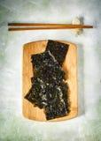 Casse-croûte rôti japonais ou coréen d'algue Algue sèche rôtie, casse-croûte sain photo stock