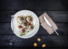 Casse-croûte russe des harengs, des pommes de terre et des concombres salés images stock
