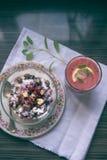 Casse-croûte sain, préparé dans des pots de vintage Photographie stock libre de droits