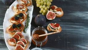 Casse-croûte sains avec du fromage et des figues sur le conseil et la serviette en bois Petit déjeuner, photo de nourriture de dé photo libre de droits