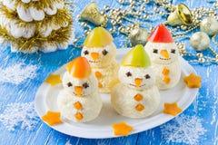 Casse-croûte sous la forme de bonhommes de neige pour Noël Photographie stock libre de droits