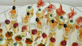 Casse-croûte sur la table de buffet avec des crevettes et des légumes banque de vidéos