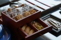 Casse-croûte tel que les biscuits, déserts thaïlandais dans la boîte de tiroir sur le principal de table v images libres de droits
