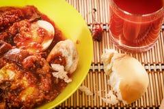 Casse-croûte végétal - Caponata des aubergines, des tomates, des poivrons, des oignons, d'ail et des verts Pain cassé, jus frais Image stock