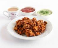Casse-croûte végétarien indien de Pakora d'oignon avec le thé Images libres de droits