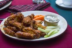 Casse-croûte à la bière dans le bar irlandais : ailes avec de la sauce barbecue Images libres de droits