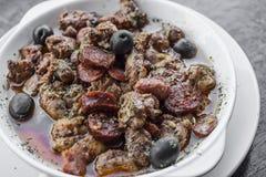 Casse-croûte épicé portugais de tapas de porc et de saucisse de sauce de Pau de pica Images stock