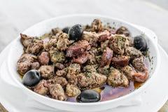 Casse-croûte épicé portugais de tapas de porc et de saucisse de sauce de Pau de pica Image stock