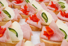 Casse-croûte admirablement décorée, de nourriture et apéritifs avec le sandwich, sur la célébration de partie ou de mariage Photographie stock