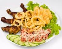 Casse-croûte assorti - poulet frit et calmar Photos stock