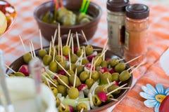 Casse-croûte avec des olives sur des brochettes photo libre de droits