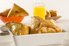 Casse-croûte brésilien poulet Esfiha sur la table Photo libre de droits