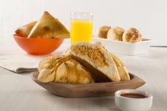 Casse-croûte brésilien poulet Esfiha sur la table Image libre de droits