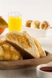Casse-croûte brésilien poulet Esfiha sur la table Photos libres de droits