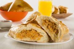 Casse-croûte brésilien poulet Esfiha sur la table Images libres de droits
